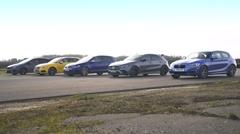 AMG A35 vs BMW M140i vs フォルクスワーゲン ゴルフR vs アウディ S3 vs フォード フォーカスRS ドラッグレース動画