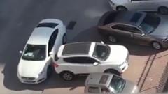 すごテクで駐車場から脱出するSUV