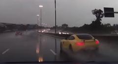 雨の中かっ飛ばしてた AMG GT がハイドロプレーニングからのクラッシュ!