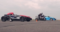 BMW S1000RR vs マクラーレン 720S スパイダー vs アリエル アトム4 加速対決動画