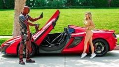 いかにも怪しすぎる奴でもスーパーカーに乗ってればモテモテだぞ!