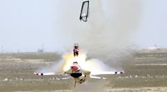 高速道路のすぐ近くで戦闘機のパイロットが緊急脱出しちゃう動画