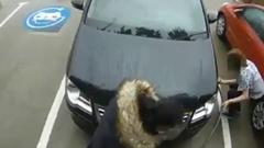 女性ドライバー 充電器でタイヤに空気を入れようとするwwww