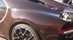 ブガッティ シロンの美しいブラウンカーボンボディを眺める動画