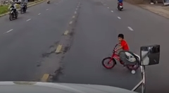 トラックの前を横切ろうとしたガキ危機一髪動画