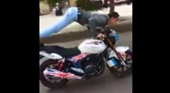 バイクに乗りながら腕立てやりまーす