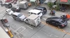対向車線を使って前へ行こうとしたトラックが追い詰められるの図