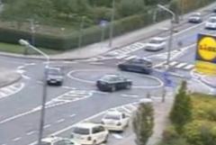 ラウンドアバウト交差点に悩む車達の動画