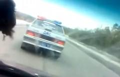 ロシアの若者達の乗った車がパトカーから逃げ続けちゃう動画