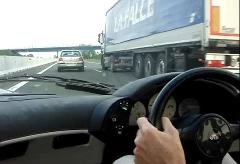 マクラーレン F1 が高速道路で336km/h出しちゃう動画