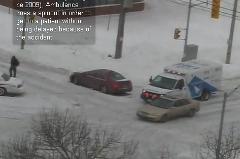 見事なテクニックで交差点を曲がっていく救急車の動画