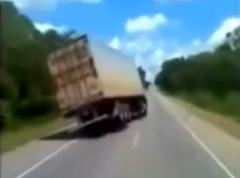 トラックが公道で片輪浮かせちゃう動画