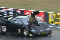ランボルギーニ カウンタックの形をしたドラッグカーが壁に激突しちゃう動画