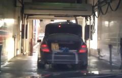 トランクを開けたまま洗車しちゃった面白動画