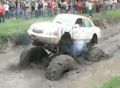 泥にハマったモンスタートラックから炎が上がっちゃう動画