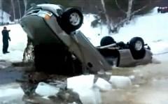 ピックアップトラックを引き上げようとしたら再起不能になっちゃった面白動画