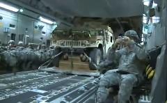 飛行機内部から見た軍用車を落下させる瞬間の動画