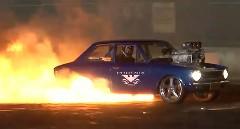 すげー!トヨタ カローラが燃えながらバーンアウトしてエンジンまで壊しちゃう動画