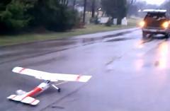 動力がついていないラジコン飛行機を車で引っ張って飛ばしちゃおうって動画