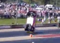 ドラッグレースであまりの加速力にひっくり返っちゃう動画