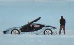BMW i8 が雪上でテスト走行している動画&立ちション