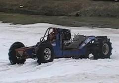 2000馬力のドラッグカーが雪の上を走っちゃうマシンの動画