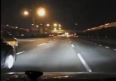 無理な車線変更をしてきた車を避けたらクラッシュしてしまった動画