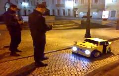 見事なトランスフォームで警官もびっくりの動画