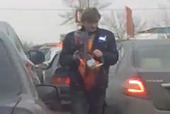 これは怖い!チェーンソーを持って道路の真ん中を歩く男の動画