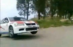 ジャンプをした三菱 ランエボがギリギリで助かった動画