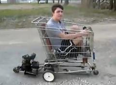 エンジンをつけたショッピングカートに乗って走っちゃう面白動画