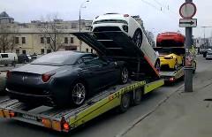 新車のフェラーリ4台を運んでいるところを撮影した動画