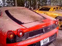 砂嵐で砂まみれになったポルシェ カレラ GT とフェラーリ F430 スクーデリアを洗ってる動画