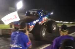 巨大なモンスタートラックがドラッグレースをしちゃう動画
