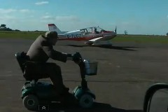 飛行機 vs 世界一速い4輪スクーター 異種加速対決動画