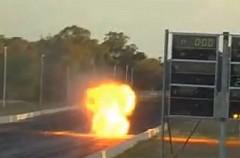 走行中のドラッグカーのエンジンが炎を上げちゃう動画