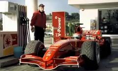 歴代のフェラーリのF1マシンが街を走り抜けるシェルのかっこいいCM動画