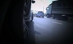 BMW M3 が高速道路のランプウェイでドリフトしちゃう動画