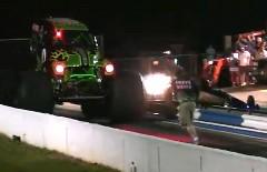 モンスタートラック vs ジェットカー 異種ドラッグレース動画
