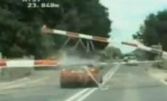 パトカーの追跡から逃げる犯人が踏切を強引に突っ切っちゃうカーチェイス動画