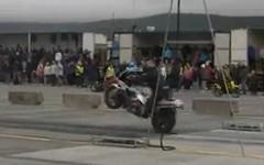 バイクのドラッグレースでスタートに失敗してトホホな動画 title=