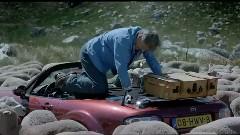 マツダ ロードスターが羊に囲まれちゃう面白CM動画
