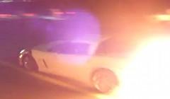 公道でドラッグレースをしているシボレー コルベット Z06 が炎を上げちゃう動画