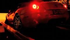 フェラーリ 599 の事故車を苦労してキャリアカーから降ろしている動画