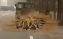 謎の回転体が道路上を低空で飛んでいるように見える動画
