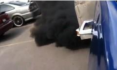 煙幕かよ!ってほど真っ黒な煙を出すディーゼル車の動画