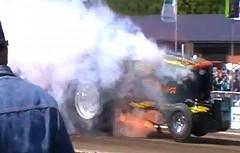 ドラッグトラクターのエンジンがブローしちゃう動画
