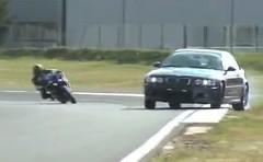 BMW M3 とヤマハ R1 のかっこいいサーキット同時走行の動画