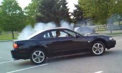 フォード マスタングが駐車場でカッコよく車を止めちゃうぜっていう動画