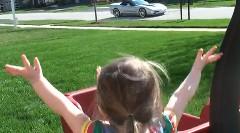 シボレー コルベットに大興奮の2歳の女の子の動画